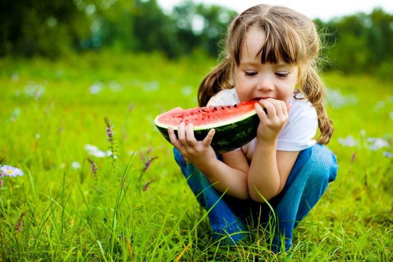 bambina che mangia l'anguria