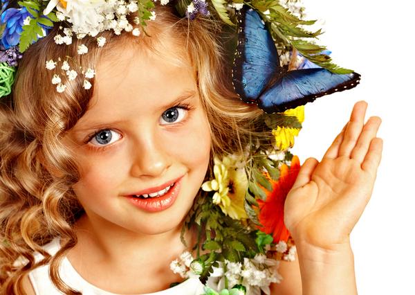 bambina con fiore tra i capelli