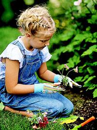bambina-giardinaggio
