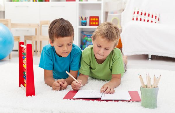 bambini fanno i compiti