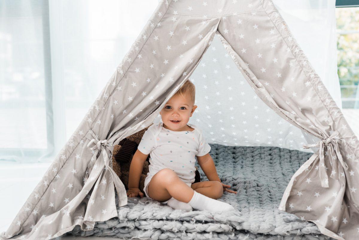 bambino nella tenda degli indiani
