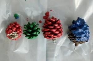 addobbi-fai-da-te-albero-pigna-colorata