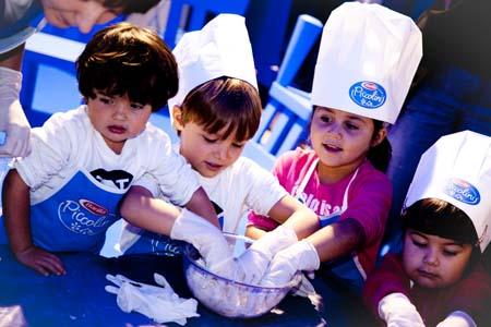 Cucinare con i bambini si pu ed divertente - Bambine che cucinano ...