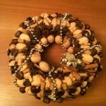 decorazioni-natale-ghirlanda-castagne-oro