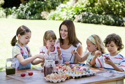 Pasqua decorare le uova con i bambini - Uova decorate per bambini ...