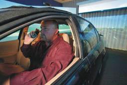 sicurezza-auto-telefono-uomo_