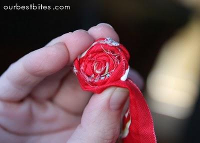 fai-da-te-fiori-stoffa-arrotolata-colla-vinavil