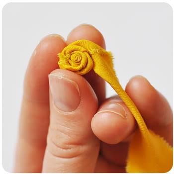 Fai da te per l 39 estate i fiori di stoffa arrotolata for Fermaporta fai da te in stoffa