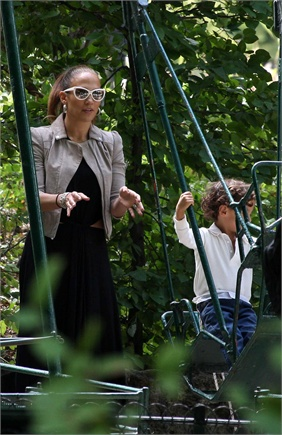 Us actress, Jennifer Lopez and her children, Max and Emme, in the Monceau Park. Paris.FRANCE.16/06/2011/Credit:LE FLOCH/SIPA/1106161859
