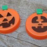 lavoretti-halloween-zucca-tappi