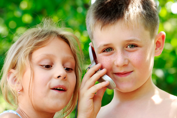 Bambini al telefono
