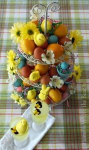 alzatina con uova e fiori