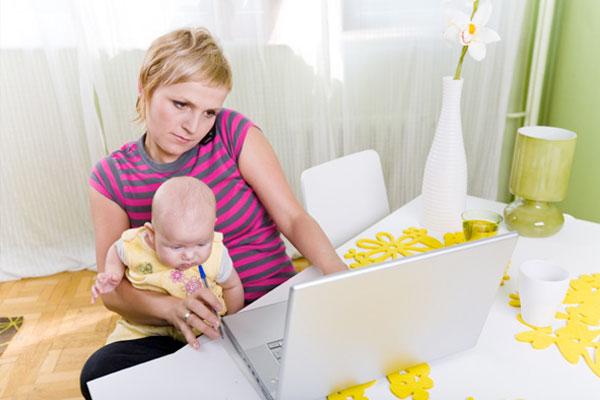 Mamma al lavoro con bambino