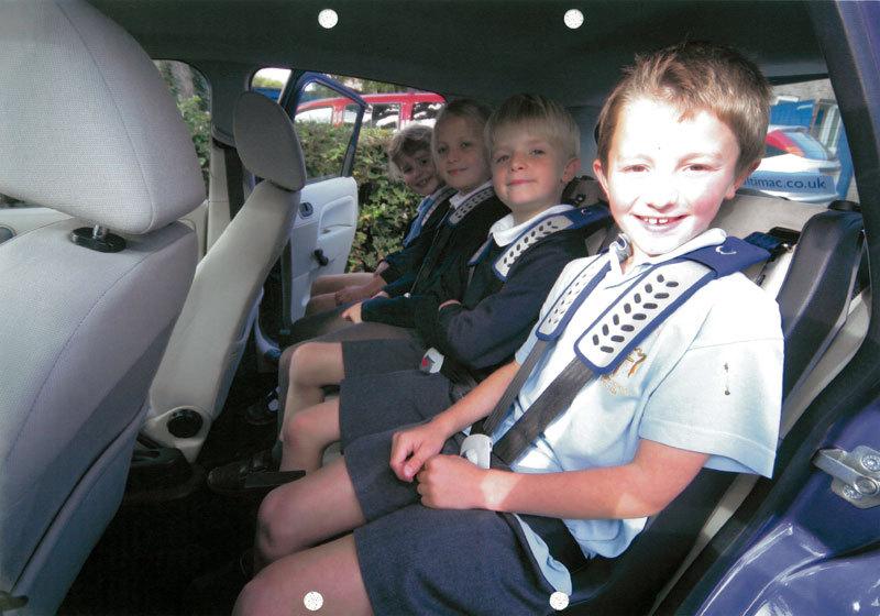 bambini seduti in auto