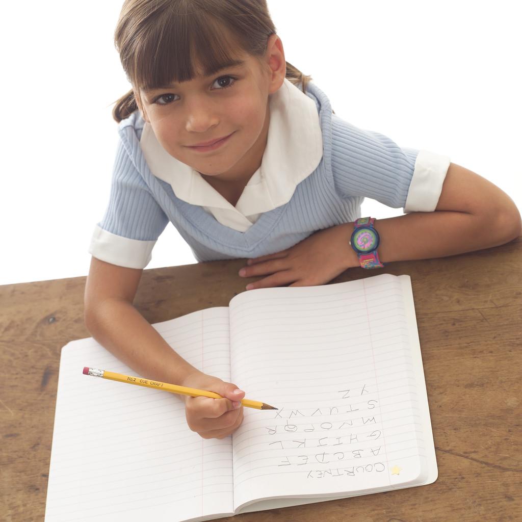 bimba che fa i compiti