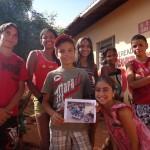 Gabriel mostra la foto inviata dai suoi sostenitori italiani