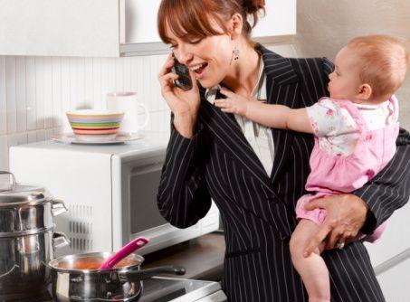 mamma al telefono in cucina con bambino in braccio