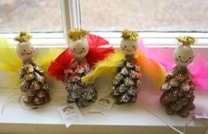 angeli realizzati con pigne
