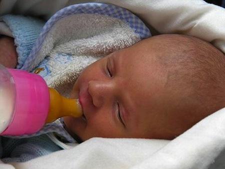 allattare-bambino-biberon_450