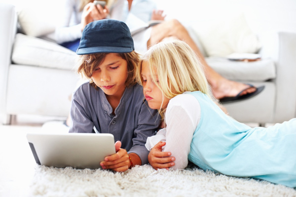 kids-on-tablet-pc-living-room