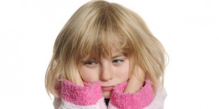 Bambina con il mal di testa