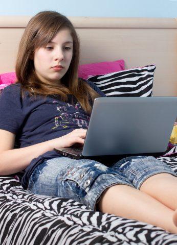ragazza che naviga in internet