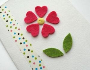 biglietto per la festa della mamma con fiore in feltro