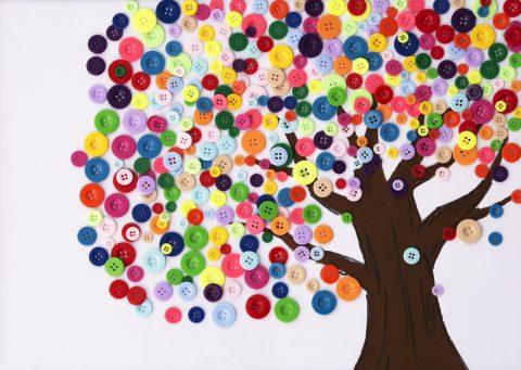 albero con bottoni per lavoretti di primavera per bambini