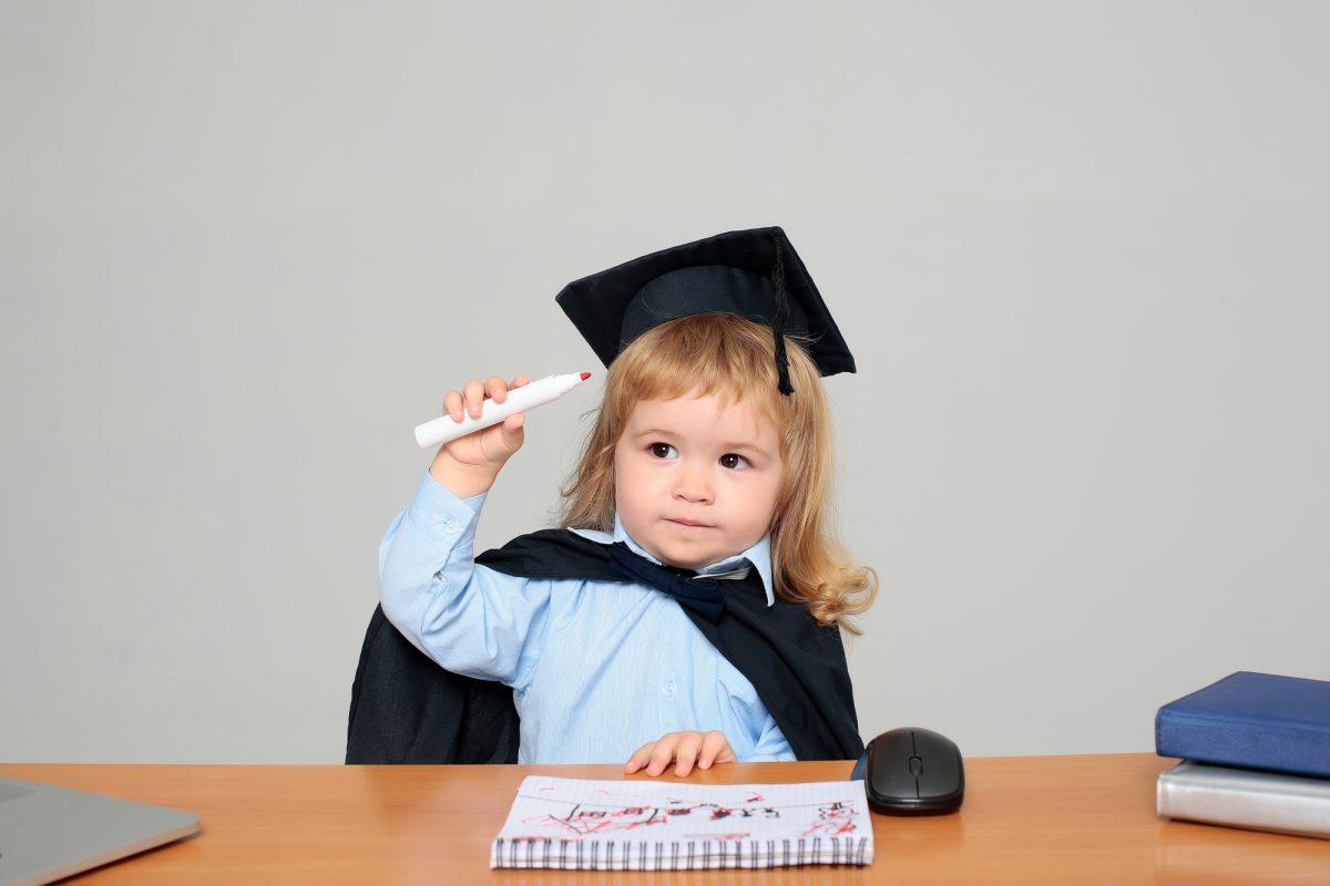 bambina con cappello da diplomato