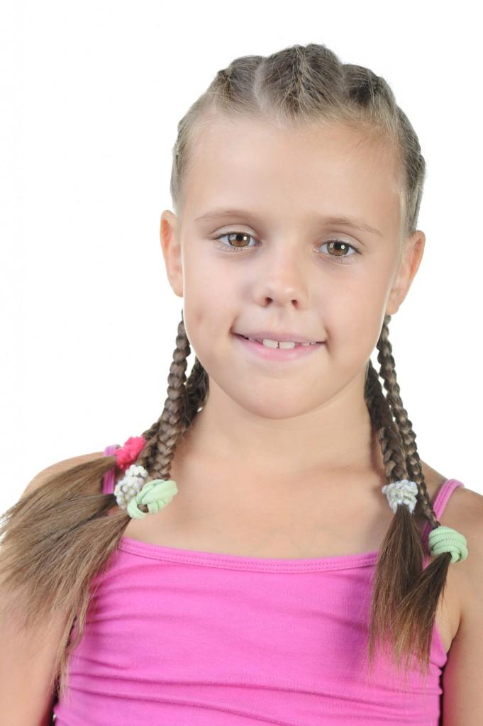 bambina con treccine