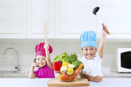 bambini in cucina con verdure