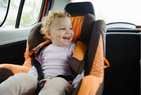 bambina su seggiolino auto
