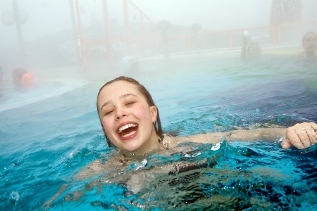bimba in piscina termale