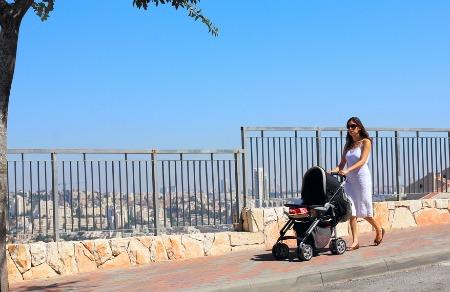 mamma e bambino in passeggino in vacanza