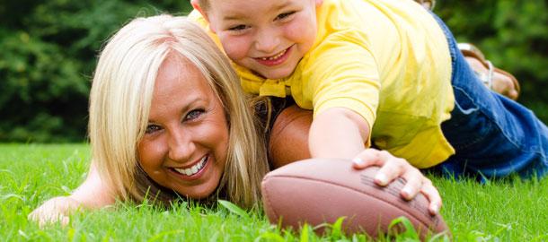 Mamma con figlio e pallone da rugby