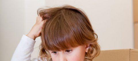 Bambina che si gratta la testa