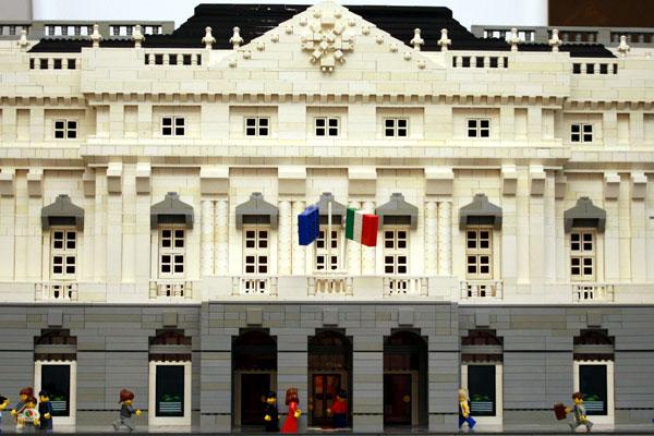 Scala realizzata in mattonicini Lego