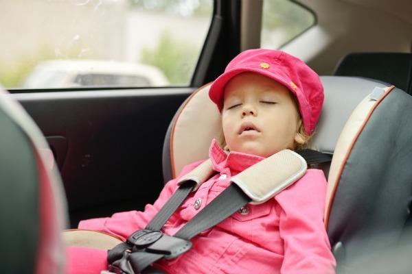 bambina sul seggiolino auto