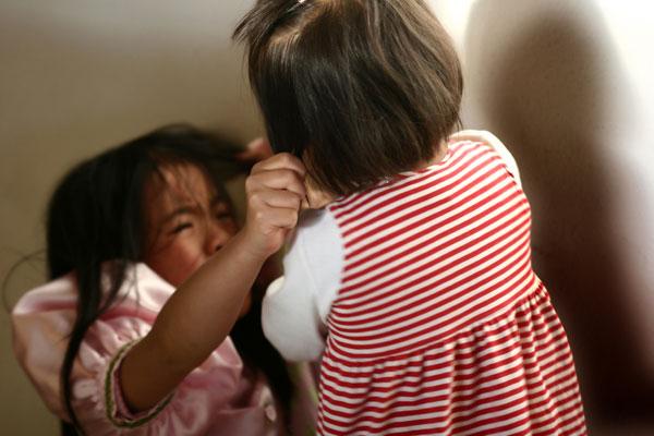 Bambine che litigano