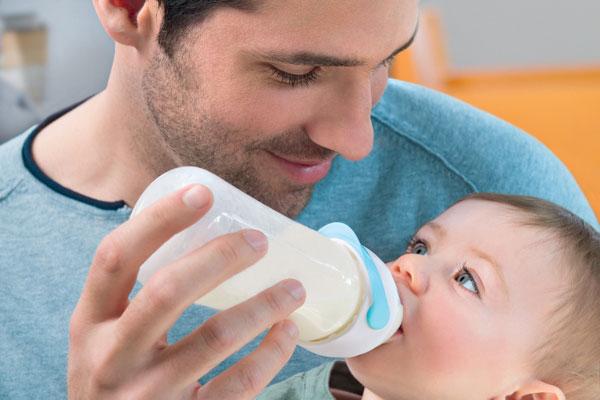Papà che allatta con biberon