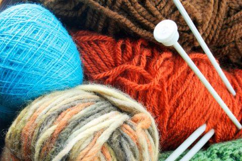 Gomitoli e aghi per lavoro a maglia