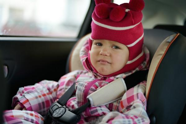 Seggiolino per auto e bambina in inverno