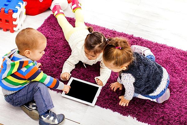 bambini che giocano con un tablet