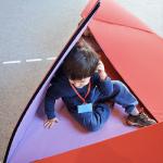 Giocare a nascondino nelle scatole-tende da costruire è una delle tante attività che si possono fare al MUBA