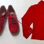 Rosso fuoco per le scarpe stringate di Pepè e la giacchetta con bottoni a cuore di Fiorucci Youngwear