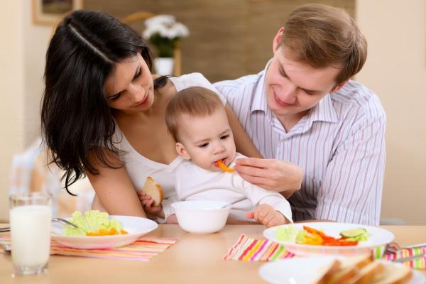 bambino a tavola con mamma e papà