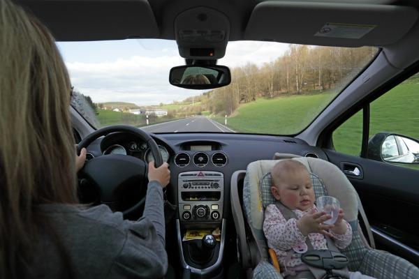 mamma e bambino in auto