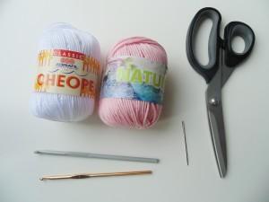 materiale per realizzare un cappellino per bambina a uncinetto