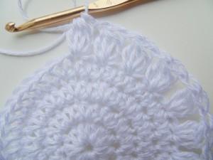 procedimento per realizzare un cappellino per bambina a uncinetto