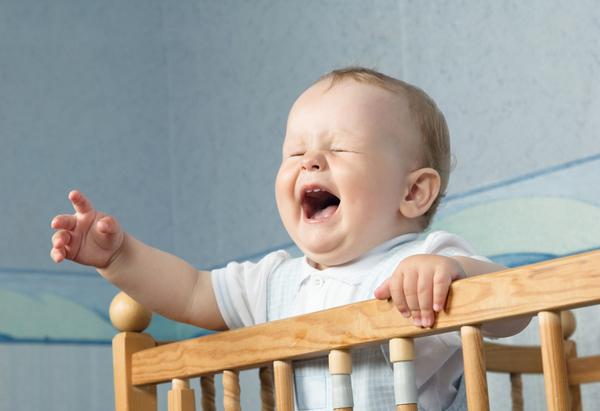 neonato piange nel lettino